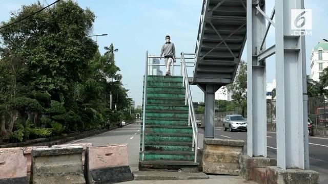 Jembatan Penyeberangan Orang yang berada di kawasan Kebon Jeruk, Jakarta Barat berujung di tengah jalan raya, sehingga membuat pengendara dan warga sekitar waswas.