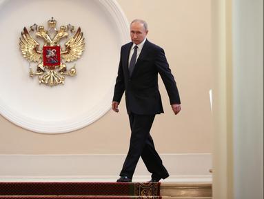 Vladimir Putin bersiap diambil sumpah dalam upacara pelantikan sebagai presiden baru Rusia di Kremlin, Moskow, Rusia, Senin (7/5). Putin dilantik menjadi presiden Rusia untuk periode keempat. (Sergei Bobylyov, Sputnik, Kremlin Pool Photo via AP)
