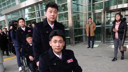 Atlet Korea Utara tiba untuk berpartisipasi dalam Paralimpiade Pyeongchang 2018 di Paju, Korea Selatan, Rabu (7/3). Delegasi termasuk enam atlet, seorang ofisial, dan seorang penerjemah bahasa isyarat. (Ahn Young-joon/POOL/AFP)