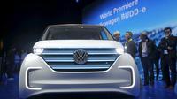 Mobil Volkswagen BUDD - e ditampilkan saat acara CES 2016 Las Vegas, Nevada, (5/1/2016). Mobil ini berbahan bakar listrik. (REUTERS / Steve Marcus)