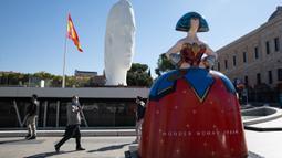 Sebuah patung yang terinspirasi dari lukisan Las Meninas terlihat di Madrid, ibu kota Spanyol, pada 15 Oktober 2020. Pameran Galeri Meninas Madrid 2020 dimulai di Madrid pada 15 Oktober hingga 15 Desember 2020. (Xinhua/Meng Dingbo)