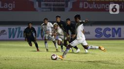 Pemain Arema FC Dedik Setiawan (kanan) berhasil menjebol gawang PSIS Semarang dari titik penalti dalam pertandingan babak penyisihan Grup A Piala Menpora 2021 di Stadion Manahan, Solo, Selasa (30/3/2021). Arema FC kalah 2-3. (Bola.com/Ikhwan Yanuar)