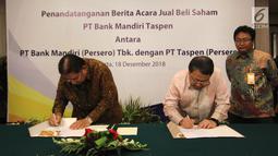 Wadirut Bank Mandiri Sulaiman Arif Arianto (tengah) dan Dirut Taspen Iqbal Latanro (kiri) menandatangani dokumen penguatan modal Bank Mantap disaksikan Dirut Bank Mantap Josephus Koernianto Triprakoso, Jakarta, Selasa (18/12). (Liputan6.com/Angga Yuniar)