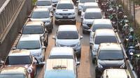 Kendaraan terjebak kemacetan di Jalan Casablanca, Jakarta, Sabtu (6/10). Adanya JLNT Kampung Melayu-Tanah Abang di kawasan tersebut tidak berdampak signifikan untuk mengurai kemacetan akibat tingginya volume kendaraan. (Liputan5.com/Immanuel Antonius)