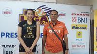 Pelatih Jakarta BNI Taplus Risco Herlambang (kanan). (Liputan6.com/Dewi Divianta)