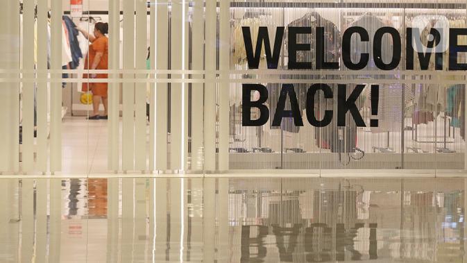 Pengunjung melihat-lihat pakaian di gerai Mall Senayan City, Jakarta, Senin (15/6/2020). Pusat perbelanjaan atau mal di Jakarta kembali dibuka pada Senin (15/6) di masa PSBB transisi dengan jumlah pengunjung masih dibatasi hanya 50 persen dari kapasitas normal. (Liputan6.com/Herman Zakharia)