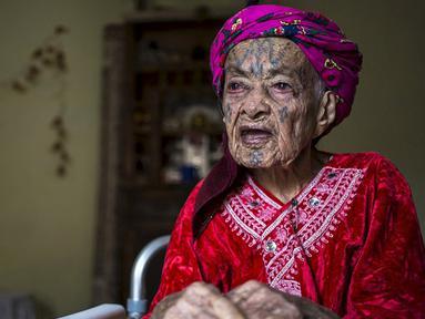 Seorang wanita tua Aljazair tampak bertato dibagian mukanya. Kebanyakan wanita Aljazair saat masih muda menato dirinya agar terlihat cantik. (Dailymail.co.uk)