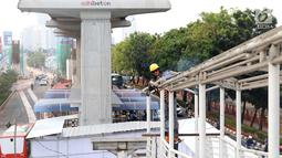 Pekerja membongkar jembatan Halte Transjakarta Setia Budi Utara di kawasan Kuningan, Jakarta, Rabu (10/10). Pembongkaran Halte Transjakarta Setia Budi Utara terkait proyek LRT yang melintas di sepanjang jalan tersebut. (Liputan6.com/Immanuel Antonius)