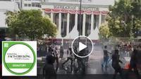 Cek Fakta - Banner - Screenshot video hoaks yang menyebut massa menyerbu Istana, kerusuhan pecah. (Facebook)
