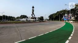 Suasana sepi  kawasan Patung Bundaran Senayan, Jakarta, Kamis (13/5/2021). Jalanan Ibu Kota lengang pada libur hari Idul Fitri 1442 H.Liputan6.com/JohanTallo