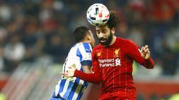 Penyerang Liverpool, Mohamed Salah, duel udara dengan pemain Monterrey, Leonel Vangioni, pada laga semifinal Piala Dunia Antarklub 2019 di Khalifa International Stadium, Qatar, Kamis, (19/12). Liverpool menang 2-1 atas Monterrey. (AP/Hussein Sayed)