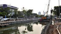 Alat berat dikerahkan saat Dinas Sumber Daya Air Pemprov DKI Jakarta membangun turap di Kali Ciliwung Lama, Jakarta, Kamis (11/10). Pembangunan turap dilakukan untuk mencegah banjir pada saat musim hujan. (Merdeka.com/Iqbal Nugroho)