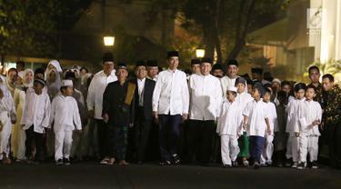 Presiden Joko Widodo (Jokowi) bersama anak-anak yatim se-Jabodetabek berjalan beriringan menuju masjid yang berada di halaman Istana, Jakarta, Senin (12/6). (Liputan6.com/Angga Yuniar)
