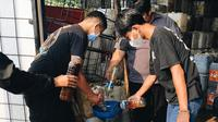 Tak hanya minyak jelantah, anggotanya pun melakukan pemanfaatan botol plastik bekas untuk dijual dan hasilnya didonasikan bagi warga terdampak PPKM Darurat. (Foto:Liputan6/Achmad Sudarno)