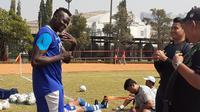 Striker Persib, Ezechiel N'Douassel, saat latihan terpisah akibat cedera yang dialaminya. (Bola.com/Erwin Snaz)