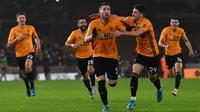 Para pemain Wolverhampton merayakan gol yang dicetak Matt Doherty ke gawang Manchester City pada laga Premier League di Stadion Molineux,Wolves, Jumat (27/12). Wolves menang 3-2 atas City. (AFP/Paul Ellis)