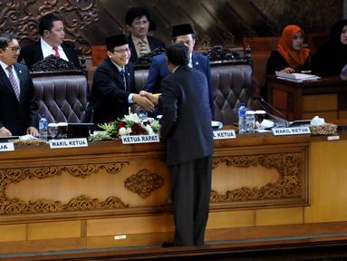Ketua Sidang yang juga Wakil Ketua DPR Taufik Kurniawan bersama Fadli Zon (kiri) dan Fahri Hamzah (kanan) menerima Pendapat Fraksi-fraksi saat Rapat Paripurna ke-24 Masa Sidang IV Tahun 2015-2016, di Jakarta, Selasa (12/4). (Liputan6.com/Johan Tallo)