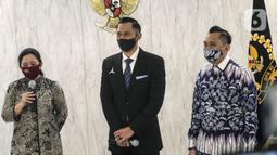 Ketua DPR Puan Maharani (kiri) menyampaikan sambutan saat menerima kunjungan Ketua Umum Partai Demokrat Agus Harimurti Yudhoyono (tengah) di Gedung DPR, Jakarta, Kamis (6/8/2020). Pertemuan membahas krisis COVID-19 sektor ekonomi dan kesehatan hingga koalisi Pilkada 2020. (Liputan6.com/Johan Tallo)