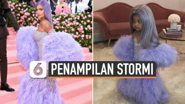 Potret menggemaskan Stormi Webster, putri kecil Kylie Jenner, beredar di media sosial. Dalam foto tersebut, Stomi berdandan layaknya sang ibu ketika menghadiri Met Gala 2019.