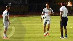 Arjen Robben (tengah) sedikit memamerkan keterampilan dribbling saat sesi latihan di Stadion Gelora Bung Karno (Liputan6.com/Helmi Fithriansyah)
