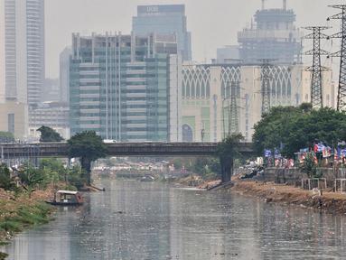 Sampah memenuhi aliran Kanal Banjir Barat, Jakarta, Senin (22/10). Sampah yang memenuhi aliran kanal pencegah banjir tersebut didominasi plastik dan limbah rumah tangga. (Merdeka.com/Iqbal Nugroho)