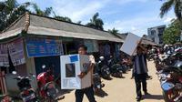 Panitia TPS di Kelurahan Kenten Kabupaten Banyuasin Sumsel menggotong logistik Pemilu 2019 yang baru dibagikan Kamis siang (Liputan6.com / Nefri Inge)