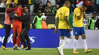 Para pemain Brasil kecewa akibat kalah dari Peru pada laga Grup B Copa Amerika Centenario di Gillette Stadium, Foxborough, Minggu (12/6/2016) atau Senin pagi WIB. Akibat kekalahan ini Brasil gagal ke perempat final. (AFP/Timothy A. Clary)