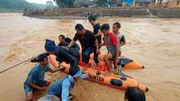 Proses evakuasi terhadap sekitar 1.500 warga terdampak banjir bandang Lebak Banten, dengan menggunakan perahu karet menyeberangi arus deras Sungai Ciberang. (Liputan6.com/ Yandhi Deslatama)