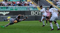 Striker AC Milan, Suso, mencetak gol pertama ke gawang Palermo dalam laga pekan ke-12 Serie A di Stadion Renzo Barbera, Minggu (6/11/2016). (AFP)