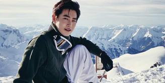 Sudah tidak diragukan lagi ketampanan dari Suho EXO. Sebagai leader EXO, ia merupakan sosok yang tegas. Cowok yang satu ini punya hobi traveling dan fotografi. (Foto: instagram.com/suhostagram)