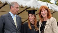 Pangeran Andrew dan Sarah Ferguson di momen wisuda putri mereka, Putri Beatrice di London, Inggris, 9 September 2011. (IAN NICHOLSON / POOL / AFP)