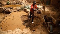 Pekerja mengumpulkan lumpur untuk membuat pot tanah liat di sebuah bengkel tembikar di Khartoum, Sudan, Kamis (27/6/2019). Pot tanah liat tersebut nantinya akan dipajang untuk dijual. (AP Photo/Hussein Malla)