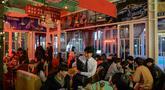 Gambar pada 10 Januari 2020 menunjukkan orang-orang mengunjungi Pyeongyang Bar bertema Korea Utara yang terletak di distrik Hongdae Seoul. Satu-satunya bar di Seoul yang bertema Korea Utara itu untuk menawarkan suasana seperti di Korea Utara kepada pelanggan Korea Selatan. (Ed JONES/AFP)