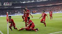 Pemain Persija Jakarta merayakan gol yang dicetak oleh Ryuji Utomo ke gawang PSM Makassar pada laga Piala Indonesia 2019 di SUGBK, Jakarta, Minggu (21/7). Persija menang 1-0 atas PSM. (Bola.com/M Iqbal Ichsan)