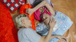Merawat ibunda yang sedang sakit keras menjadi rutinitas dari legenda bulutangkis Indonesia, Tati Sumirah. (Bola.com/Atet Dwi Pramadia)