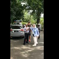 Ratna Sarumpaet tak terima mobilnya diderek Dishub. (Sumber Foto: Twitter)