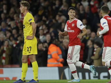 Penyerang Arsenal, Gabriel Martinelli (tengah) berselebrasi usai mencetak gol ke gawang Standard Liege pada lanjutan pertandingan grup F Liga Europa di Stadion Emirates, London (3/10/2019). Martinelli mencetak dua gol dan mengantar Arsenal menang telak 4-0. (AP Photo/Matt Dunham)