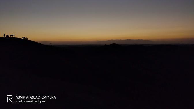 Mengabadikan sunset di Bukit Wairinding, Sumba Timur menggunakan kamera Realme 5 Pro dengan mode manual. Liputan6.com/Iskandar