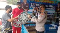 Tersangka telah menyerahkan diri bersama barang bukti mobil Avanza ke Satlantas Polres Minahasa Selatan.