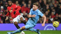 Bek Manchester United (MU), Aaron Wan-Bissaka berusaha mencetak gol ke gawang Burnley dalam pertandingan pekan ke-24 kompetisi Liga Inggris 2019-2020 di Old Trafford, Rabu (23/1/2020). Manchester United (MU) tidak berdaya di kandang sendiri usai takluk 0-2 dari Burnley. (Paul ELLIS/AFP)