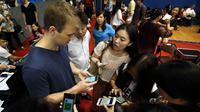 Seorang peserta asing menambahkan teman ke sebuah aplikasi smartphone saat mengikuti acara perjodohan di Hangzhou, China, Minggu (29/5/2016). Acara yang diselenggarakan di Universitas Zhejiang ini menarik minat lebih dari 20.000 orang lajang. (STR/AFP)