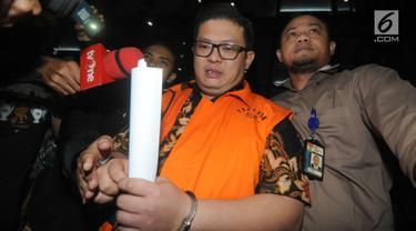 Pengusaha Chandry Suanda alias Afung, penyuap Anggota DPR F-PDIP I Nyoman Dhamantra memakai rompi tahanan usai menjalani pemeriksaan di Gedung KPK, Jakarta, Jumat (9/8/2019). Afung ditahan terkait suap izin impor bawang putih dari Kementerian Pertanian dan SPI dari Kemendag.(merdeka.com/Dwi Narwoko)