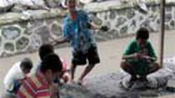Keceriaan anak-anak bermain dengan sisa pasir letusan gunung merapi di kali code. (Pengirim: Nina)