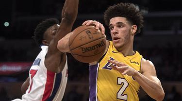 Pebasket Los Angeles Lakers, Lonzo Ball, berusaha melewati pebasket Detroit Pistons, Stanley Johnson, pada laga NBA di Staples Center, California, Selasa (31/10/2017). Lakers menang 113-93 atas Pistons. (AP/Kyusung Gong)