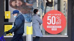 Sejumlah orang berjalan melewati jendela sebuah toko di Melbourne, Negara Bagian Victoria, Australia, 31 Agustus 2020. Kasus baru COVID-19 di Victoria turun setelah sebulan memberlakukan karantina wilayah (lockdown) Tahap 4 di ibu kotanya, Melbourne. (Xinhua/Bai Xue)