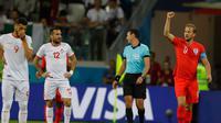 Pemain Inggris, Harry Kane merayakan gol pertama ke gawang Tunisia dalam penyisihan Grup G Piala Dunia 2018 di Volgograd Arena, Volgograd, Rusia, Senin (18/6). (AP Photo/Alastair Grant)