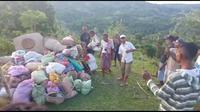 Foto : Warga desa di Kabupaten Malaka, NTT saat menggelar ritual adat tolak bala melindungi kampung dari virua corona (Liputan6.com/Ola Keda)