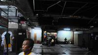 Pedagang Pasar Senen yang direlokasi di kios sementara Blok V Pasar Senen itu mengaku pendapatannya semakin menurun akibat sepinya pengunjung, Jakarta, Selasa (24/6/14). (Liputan6.com/Faizal Fanani)