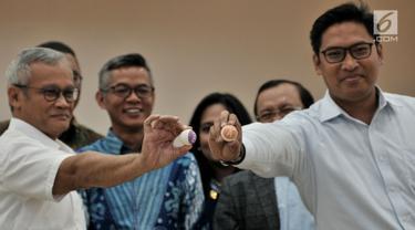 Direktur Program TKN Jokowi-Ma'ruf Amin, Aria Bima dan Direktur Eksekutif BPN Prabowo-Sandi, Sudaryono menunjukkan bola saat pengundian zona kampanye rapat umum untuk peserta Pemilu 2019 di Kantor KPU RI, Jakarta, Rabu (6/3). (merdeka.com/Iqbal S Nugroho)