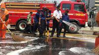Gubernur DKI Jakarta Anies Baswedan membantu membersihkan jalanan di MH Thamrin, Jakarta, Kamis (23/5/2019). (Liputan6.com/ Ika Defianti)